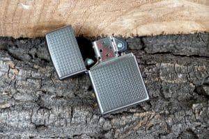 Benzinfeuerzeug auf graue Steine