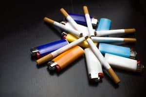 Bunte Feuerzeuge und Zigaretten