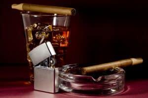 Silbernes Benzinfeuerzeug und Zigarre