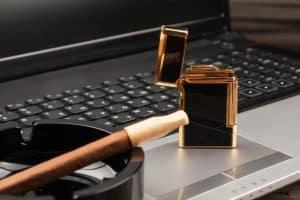 Luxuriöses Feuerzeug und Zigarre