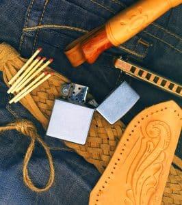 Feuerzeug und Streichhölzer mit Westernhintergrund