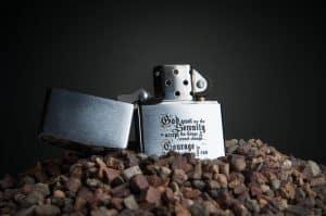 Feuerzeug aus Metall in Kies