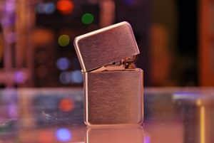 Pfeifenfeuerzeug auf Tisch