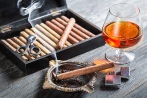 Feuerzeug mit Zigarren und Whiskey