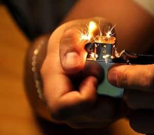 Feuerzeug zünden