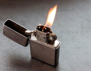 Orangene Flamme von Benzinfeuerzeug