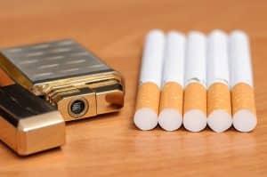 Zigaretten und Feuerzeug auf Holztisch
