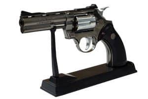 Pistolenfeuerzeug auf Tisch