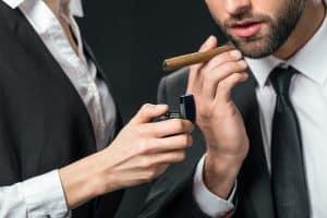 Zigarre anzünden mit Sturmfeuerzeug