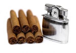 Sieben Zigarren und Feuerzeug