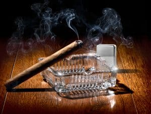 Zigarre, Aschenbecher und Feuerzeug