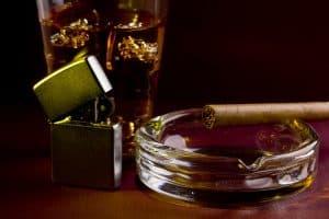 Benzinfeuerzeug und Zigarre mit Aschenbecher