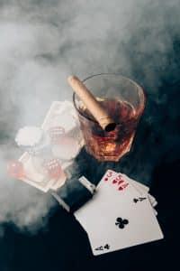 Zigarren, Karten, Feuerzeug und Whiskey